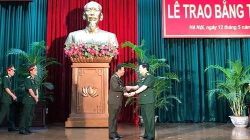 柬埔寨王家军两名高级军官获越南授予的博士学位 hinh anh 1