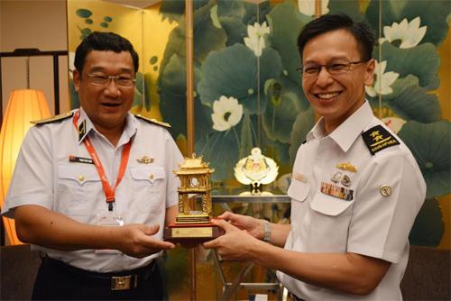 越南海军司令与新加坡海军总长进行会晤 hinh anh 2