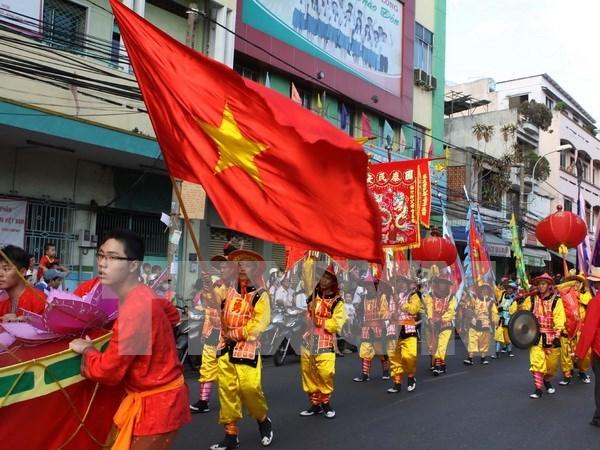 胡志明市步行街街头艺术吸引众多游客的眼球 hinh anh 1