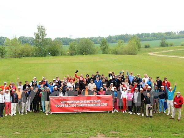 越南驻德大使馆举行德越高尔夫球友谊赛 近100名德国人和旅德越南人参赛 hinh anh 1