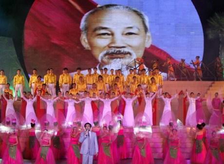 旅居英国越南人举行胡志明主席诞辰127周年纪念活动 hinh anh 1