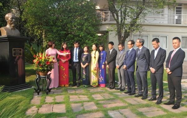 纪念胡志明主席诞辰127周年的系列活动在世界各国举行 hinh anh 2