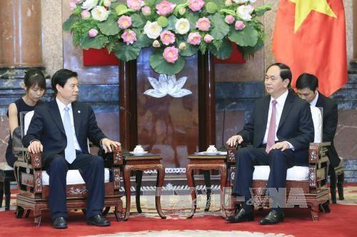越南国家主席陈大光会见中国商务部长钟山 hinh anh 1