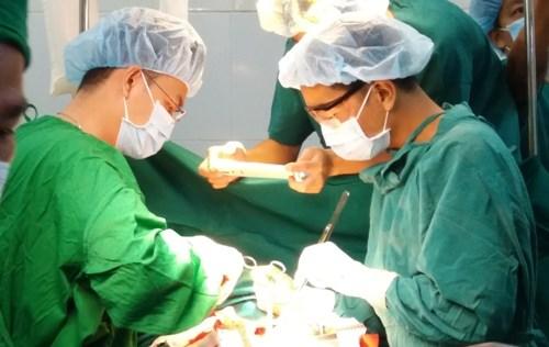越南成功抢救一例心脏破裂患者 hinh anh 1
