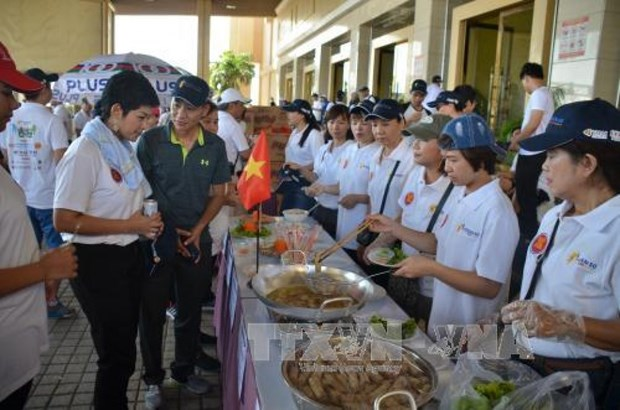 东盟成立50周年:越南在柬埔寨共同主持慈善乐趣步行 hinh anh 1