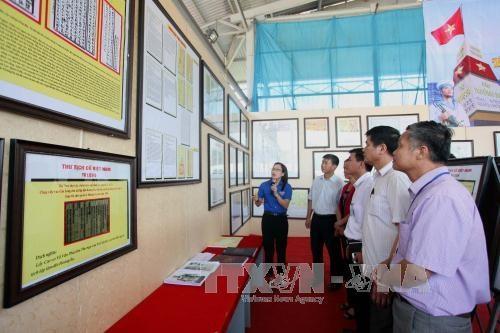"""""""黄沙、长沙归属越南:历史证据和法律依据""""资料图片展在北件省举行 hinh anh 1"""