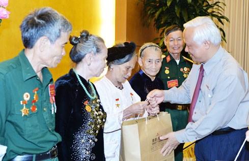 越南国会副主席汪朱刘会见河静省为国立功者代表团 hinh anh 1