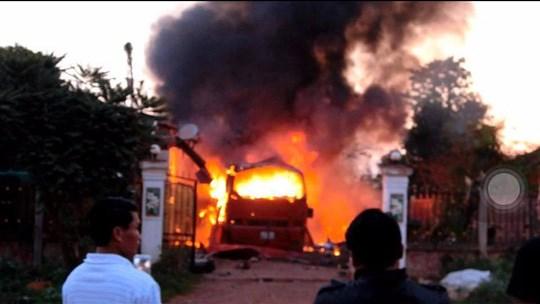 越南驻老挝大使馆工作人员看望慰问在老客车爆炸事故受伤人员 hinh anh 1