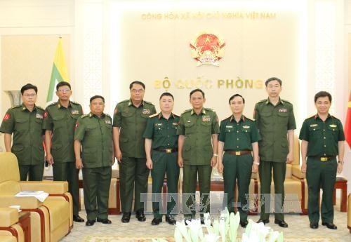 越南人民军副总参谋长范红香会见缅甸军队通信局代表团 hinh anh 1