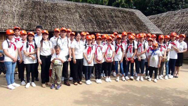 旅居海外越南人国家委员会领导与越裔老挝儿童会面 hinh anh 1