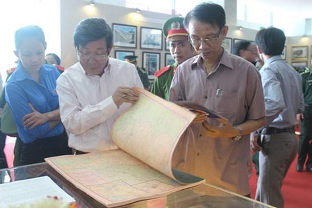 """""""黄沙和长沙归属越南:历史证据和法律依据"""" 资料图片展在广治省举行 hinh anh 1"""
