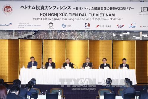 越南政府总理阮春福和日本首相安倍出席在东京举行的越南投资促进会 hinh anh 1