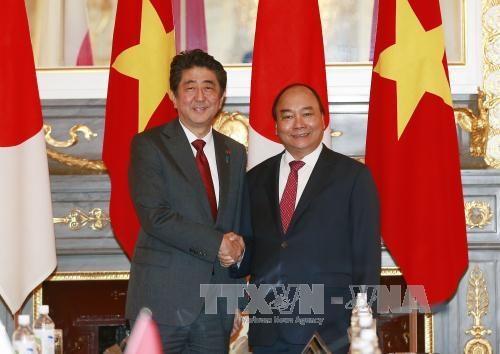 阮春福总理与日本首相安倍晋三进行会谈 hinh anh 1