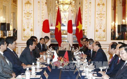 阮春福总理与日本首相安倍晋三进行会谈 hinh anh 2