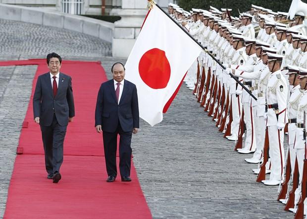 日本首相安倍晋三举行隆重仪式 欢迎越南政府总理阮春福访日 hinh anh 1