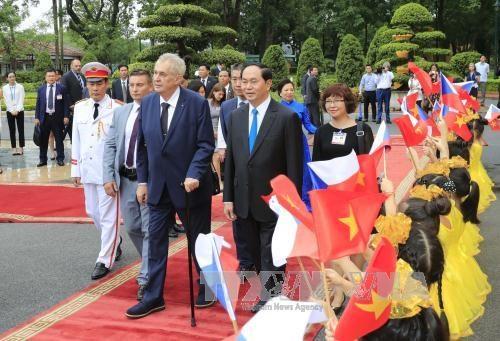 陈大光主席举行仪式欢迎捷克总统访越 hinh anh 2