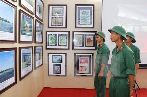 """""""黄沙和长沙归属越南:历史证据和法律依据"""" 资料图片展在宁平省举行 hinh anh 1"""