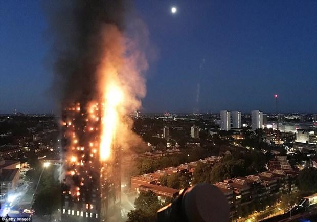 英国伦敦高层住宅突发大火事故:尚无越南人伤亡报告 hinh anh 1