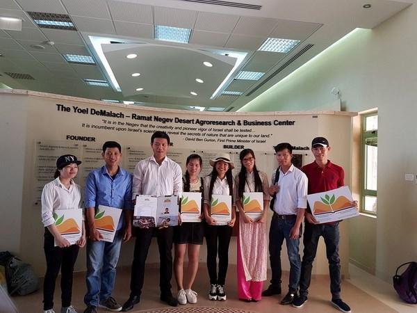 越南数百名学生获以色列农业研究中心授予的毕业证书 hinh anh 1