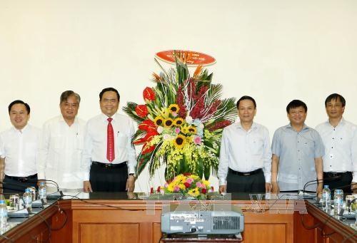 越南祖国阵线中央委员会领导向越通社等媒体机构新闻工作者致以节日祝贺 hinh anh 1
