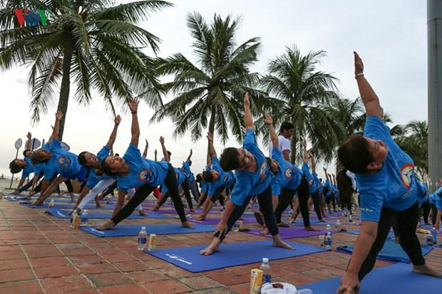 数千人参加瑜伽集体表演 庆祝第三次国际瑜伽日 hinh anh 2