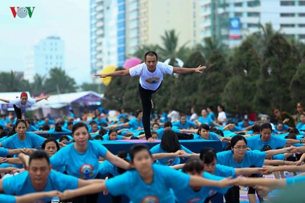 数千人参加瑜伽集体表演 庆祝第三次国际瑜伽日 hinh anh 3