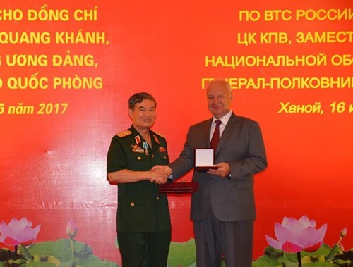 越南原国防部副部长张光庆上将荣获俄罗斯友谊勋章 hinh anh 1