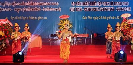 越柬建交50周年:不断培育越柬传统团结友好密切关系 hinh anh 1