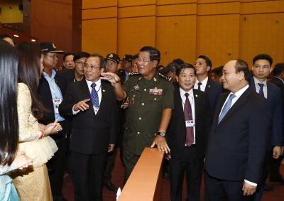 越南政府总理阮春福与柬埔寨首相洪森同平阳省人民互动交流 hinh anh 1