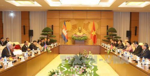 越南国会主席阮氏金银与柬埔寨国会主席韩桑林举行会谈 hinh anh 1