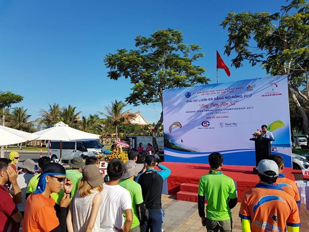100多名飞行员参加岘港滑翔伞公开赛 hinh anh 1