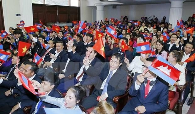 越老柬三国阵线主席与三国模范大学生在河内举行交流会 hinh anh 1