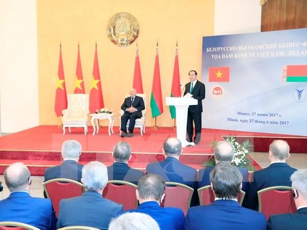 越南国家主席与白俄罗斯总统出席越白经济座谈会 hinh anh 1