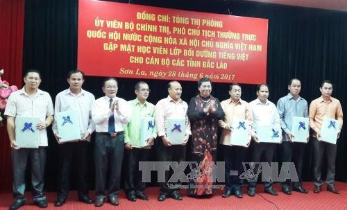 越南国会常务副主席丛氏放会见2017年老挝北部地区各省干部越南语培训班的学员 hinh anh 1
