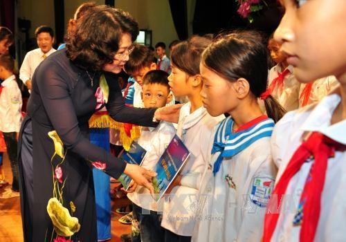 国家副主席向兴安省贫困学生赠送礼物 hinh anh 1