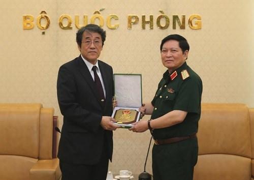越南国防部部长吴春历会见日本驻越南大使梅田邦夫 hinh anh 1