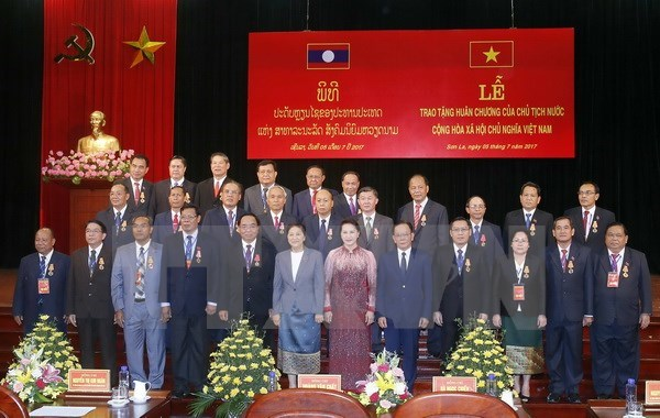 越南国家主席向老挝15位省领导授予勋章 hinh anh 1