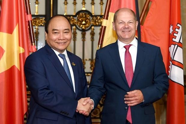 越南政府总理阮春福会见德国汉堡市市长朔尔茨 hinh anh 1