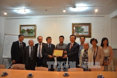 国会副主席冯国显与旅法越南人会面 hinh anh 1