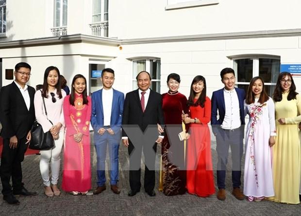 阮春福总理访问越南驻荷兰大使馆 hinh anh 1