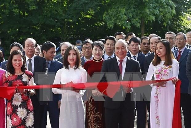 阮春福总理访问越南驻荷兰大使馆 hinh anh 2