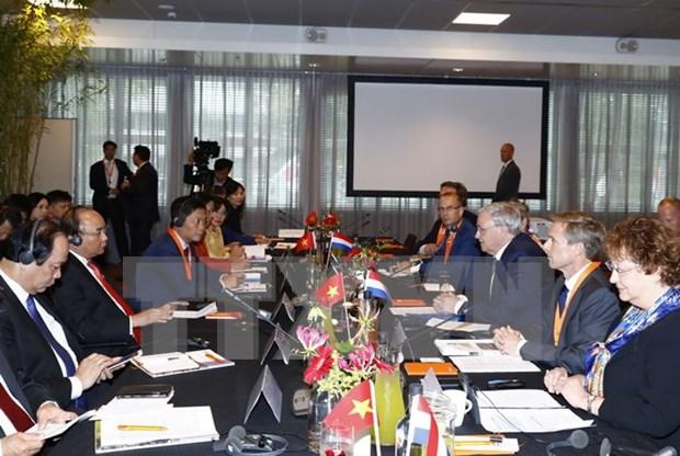 阮春福总理出席越荷企业家论坛和有关智慧城市的圆桌会议 hinh anh 2