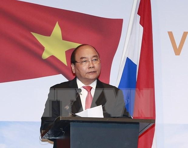 阮春福总理出席越荷企业家论坛和有关智慧城市的圆桌会议 hinh anh 1