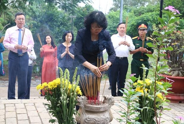 越南伤残军人纪念日70周年:越南国家副主席邓氏玉盛在昆岛行杨烈士陵园敬香 hinh anh 1