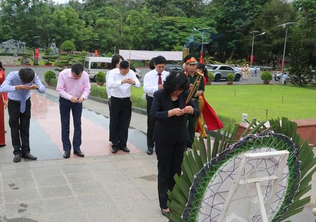 越南伤残军人纪念日70周年:越南国家副主席邓氏玉盛在昆岛行杨烈士陵园敬香 hinh anh 2