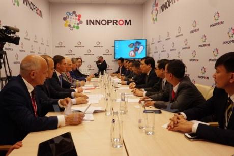 越南与俄罗斯加强两国各地的合作关系 hinh anh 1