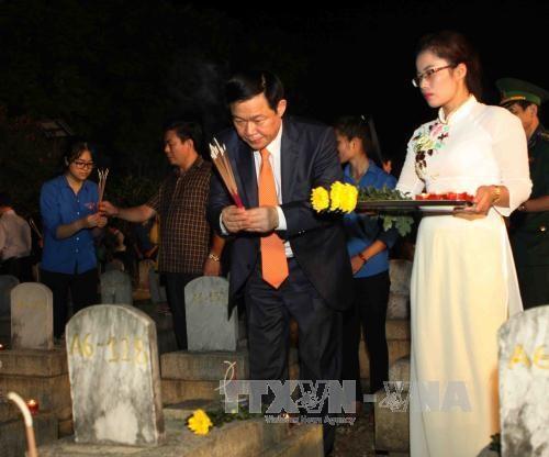 """""""越老之壮歌""""点燃蜡烛表示感恩之心艺术表演活动在越南乂安省举行 hinh anh 1"""