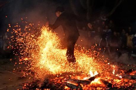 越南旅游:越南高平省红头瑶族颇具特色的挑火仪式 hinh anh 2