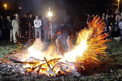 越南旅游:越南高平省红头瑶族颇具特色的挑火仪式 hinh anh 3