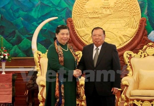 老挝党和国家领导人会见越南党和国家高级代表团 hinh anh 1